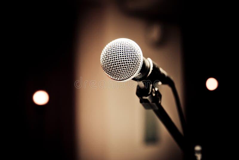 Microfono in studio immagini stock