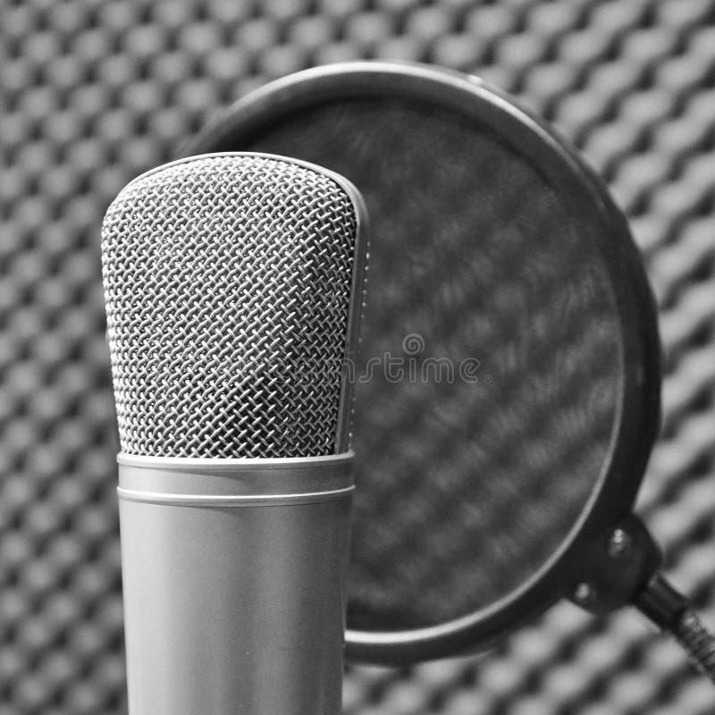 Microfono in studio di registrazione fotografia stock