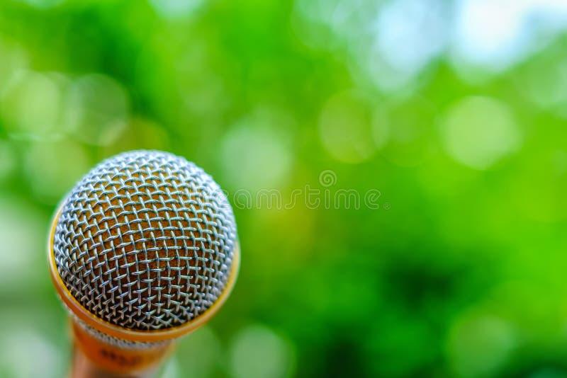 Microfono su fondo verde vago naturale fotografia stock libera da diritti