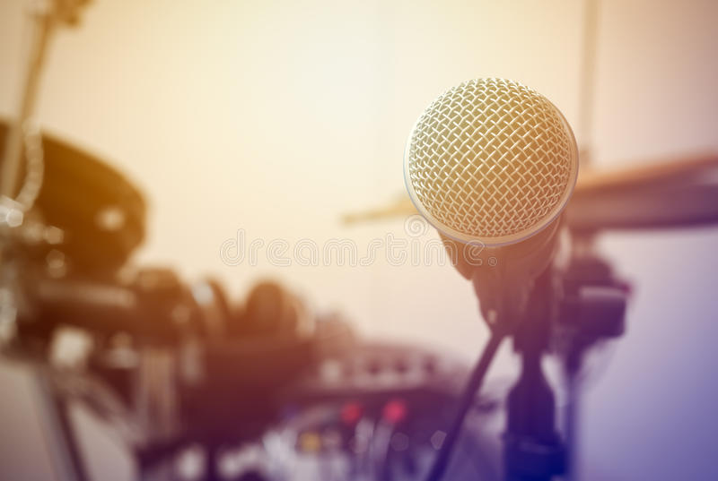 Microfono sul tamburo della sfuocatura e sul fondo leggero del chiarore fotografia stock