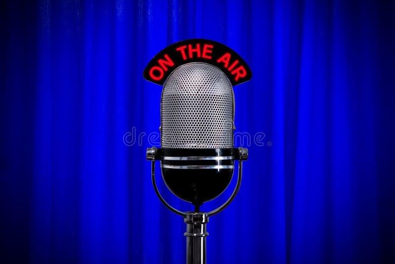 Microfono sulla fase con il riflettore sulla tenda blu fotografia stock libera da diritti