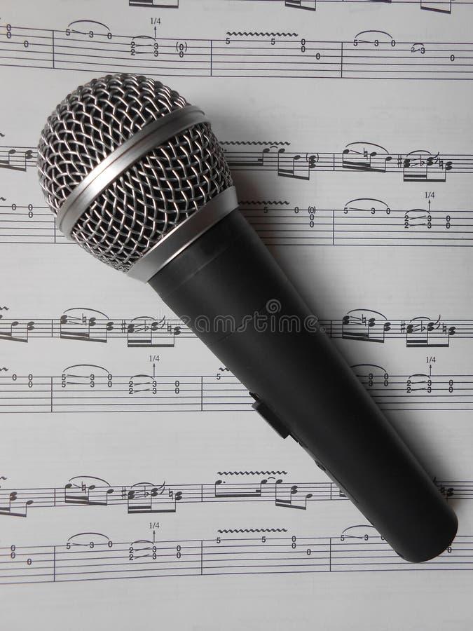 Microfono sulle note fotografia stock