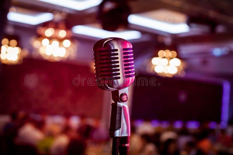 Microfoon bij de scène Retro Microfoon Een microfoon op stadium Een bar Staaf stock afbeelding
