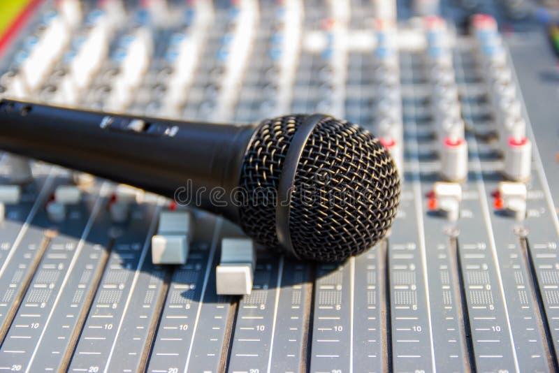 Microfoon bij het Mengen van Console van een groot Hifisysteem stock foto's