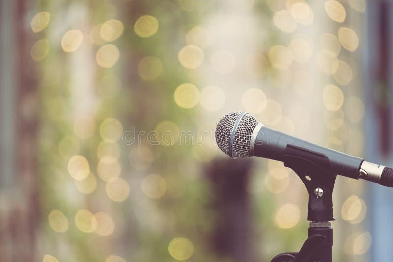 Microfoon bij openluchtoverleg royalty-vrije stock afbeeldingen