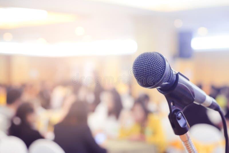 Microfoon in conferentie over de gebeurtenis van de seminarieruimte stock foto's