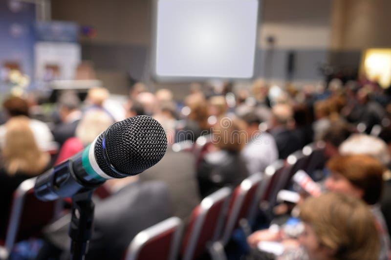 Microfoon in conferentiezaal. stock fotografie