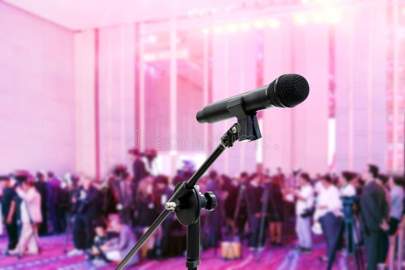 Microfoon dichte vertroebelde omhooggaand op vele mensen, verslaggever, massamediaseminarie bij de Conferentiebedelaars Vergaderz royalty-vrije stock foto's