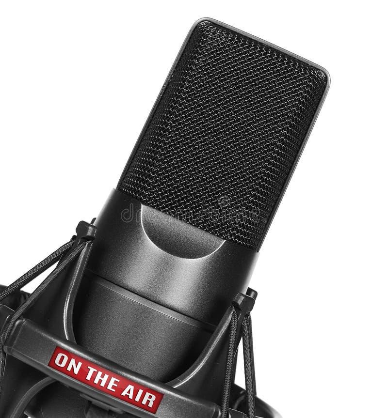 Microfoon die op witte achtergrond wordt geïsoleerdo royalty-vrije stock afbeeldingen