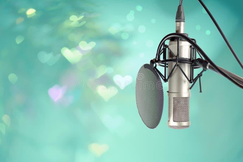 Microfoon die voor DJ in vieringspartij klaar plaatsen stock foto