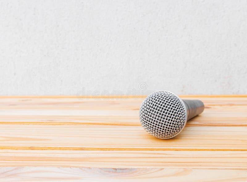 Microfoon dynamisch op houten tafel geel met witte achtergrond royalty-vrije stock afbeelding