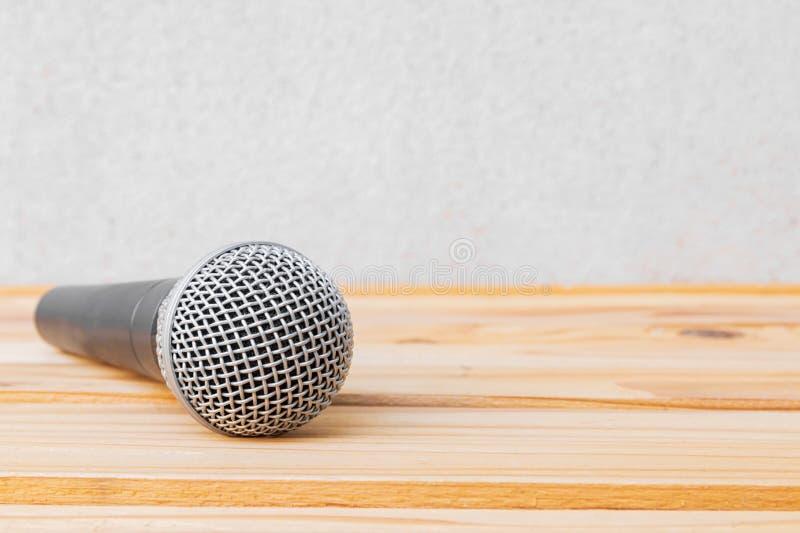 Microfoon dynamisch op houten tafel geel met witte achtergrond royalty-vrije stock foto's