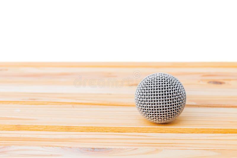 Microfoon dynamisch op houten tafel geel met witte achtergrond stock foto's