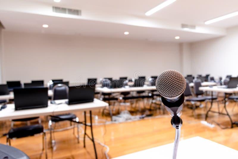 Microfoon en Notitieboekje op samenvatting vaag van toespraak in seminarieruimte stock afbeeldingen