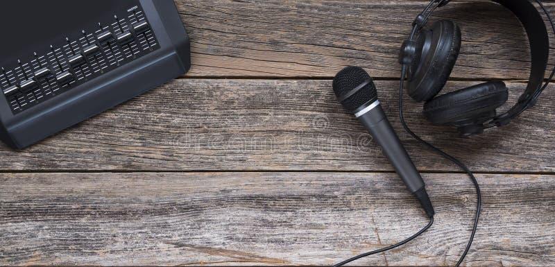 Microfoon, hoofdtelefoon en het mengen van raad stock foto