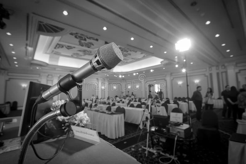 Microfoon met de achtergrond van seminarieruimte stock foto