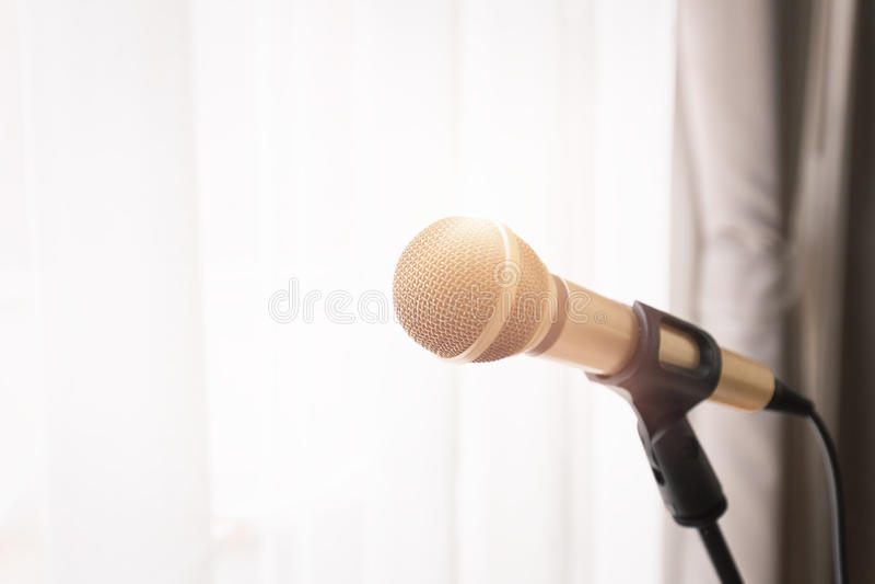 Microfoon met helder licht van venster stock foto
