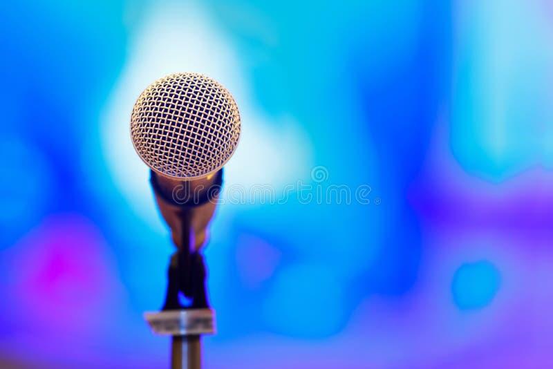 Microfoon met onduidelijk beeldachtergrond stock foto