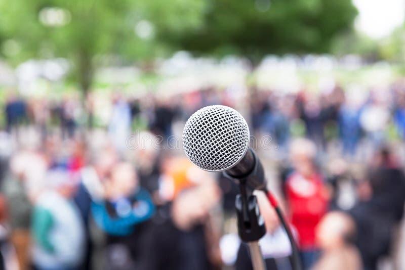 Microfoon in nadruk, vage mensen bij straatprotest op achtergrond royalty-vrije stock foto's