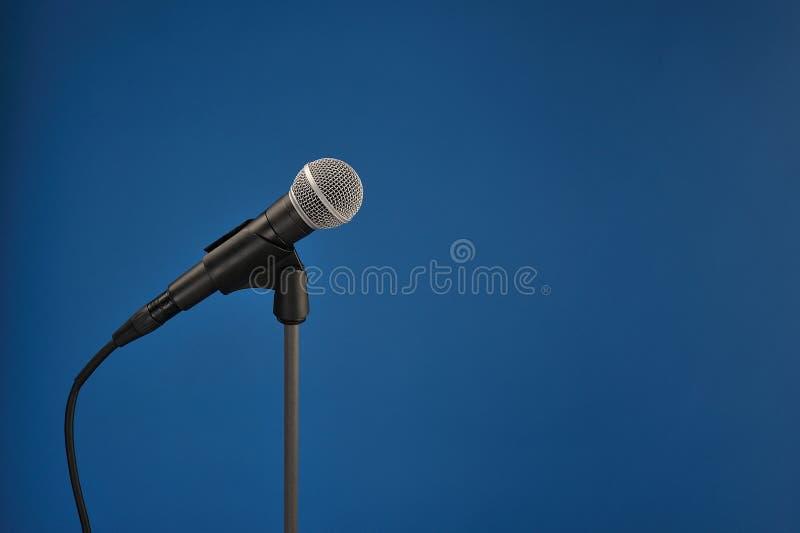 Microfoon op blauw stock fotografie