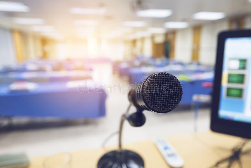 Microfoon op de lijst met computer in seminarieruimte stock afbeelding