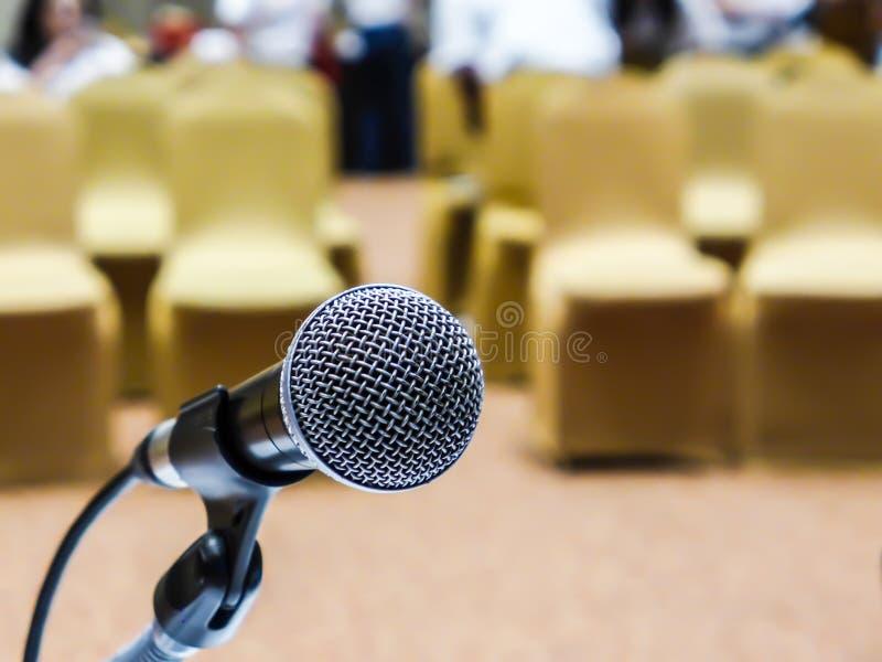 Microfoon op de ruimteachtergrond van het onduidelijk beeldseminarie royalty-vrije stock afbeelding