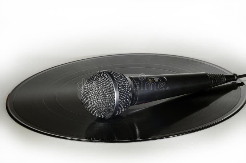 Microfoon op een vinylverslagalbum royalty-vrije stock fotografie