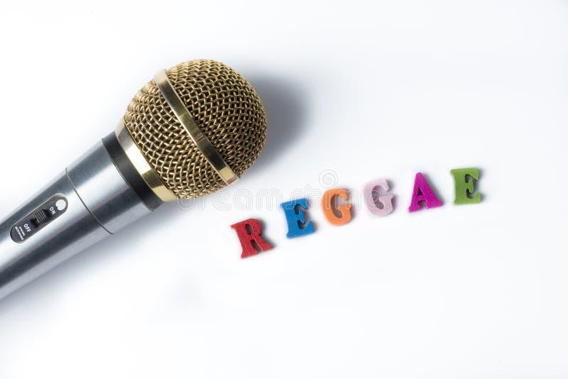 Microfoon op een witte achtergrond met de woorden Reggae stock foto