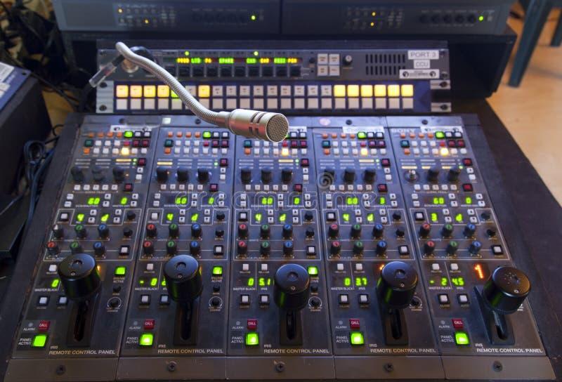 Microfoon op het controlebord stock fotografie