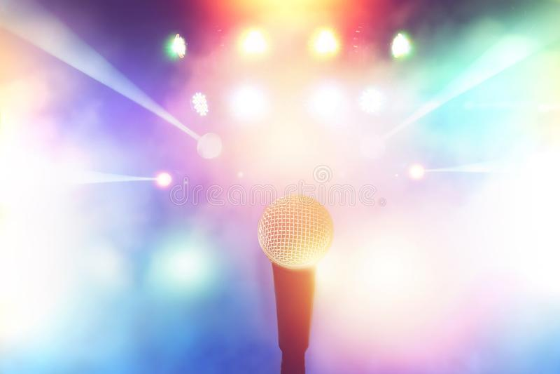Microfoon op stadium in concertzaal met kleurrijk vaag licht royalty-vrije stock fotografie