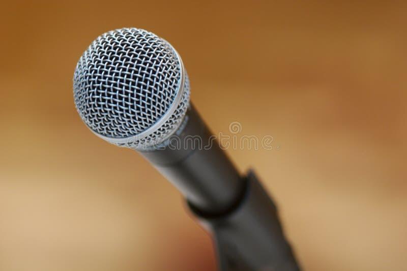 Microfoon op tribune stock fotografie