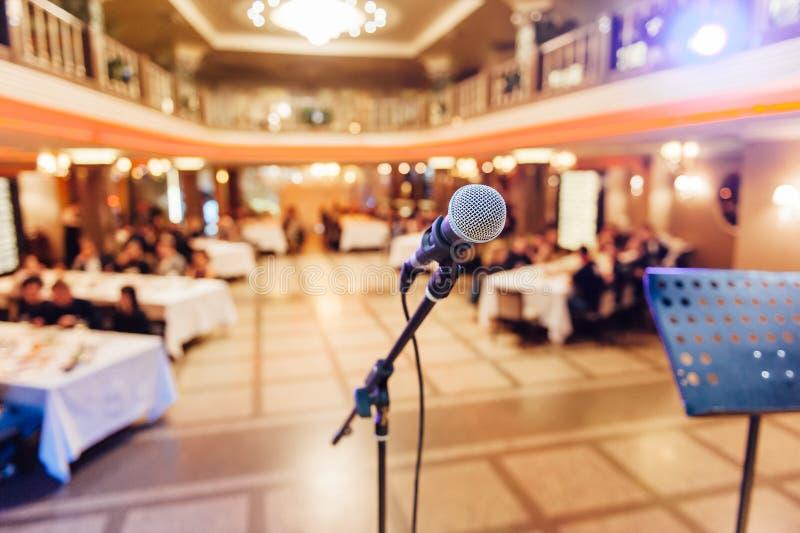 Microfoon op vaag van toespraak in seminarieruimte stock foto