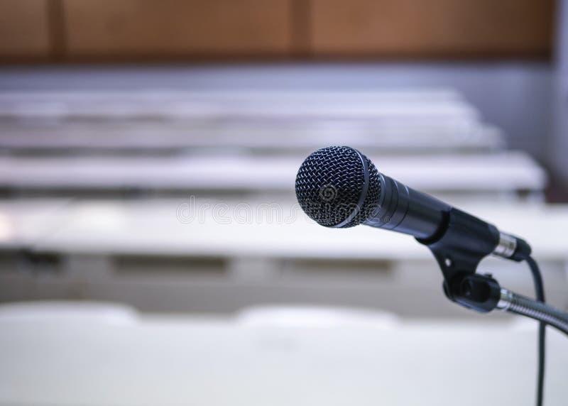 Microfoon op van de de ruimtevergadering van het Conferentieseminarie de Gebeurtenisachtergrond royalty-vrije stock foto