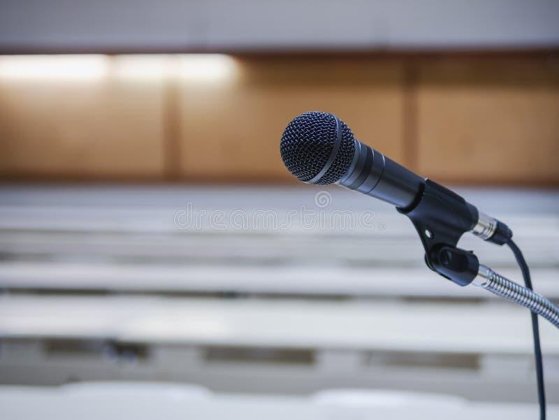 Microfoon op van de de ruimtevergadering van het Conferentieseminarie de Gebeurtenisachtergrond royalty-vrije stock afbeeldingen