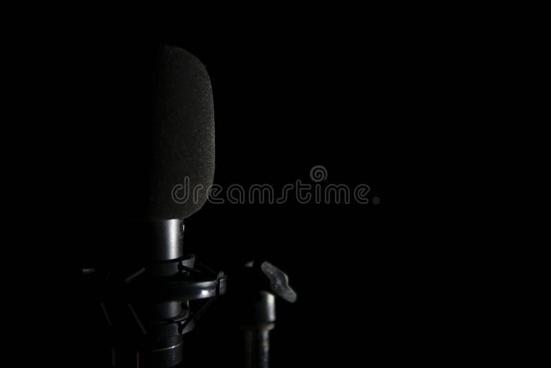 Microfoon op zwarte achtergrond stock fotografie