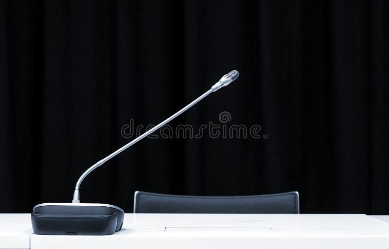 Microfoon in persconferentieruimte stock afbeeldingen