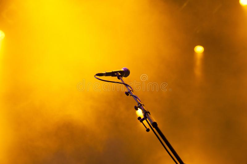 microfoon in stadiumlichten tijdens overleg - festiva van de de zomermuziek royalty-vrije stock afbeeldingen