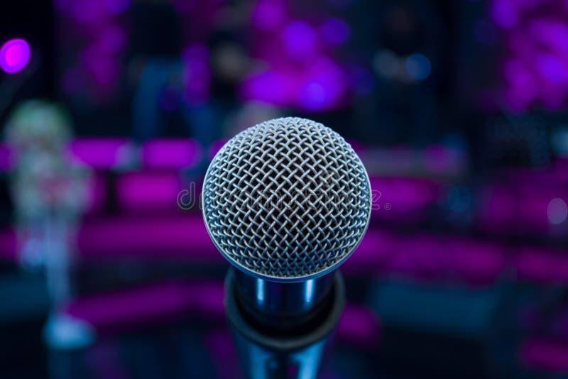 Microfoon tegen onduidelijk beeld kleurrijke lichte achtergrond royalty-vrije stock foto