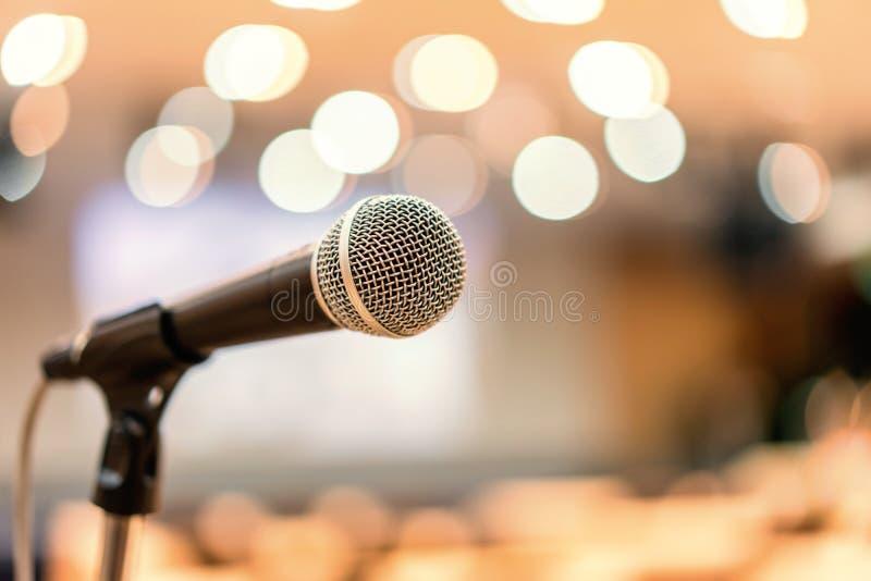 Microfoon in vergaderzaal voor een conferentie royalty-vrije stock afbeeldingen