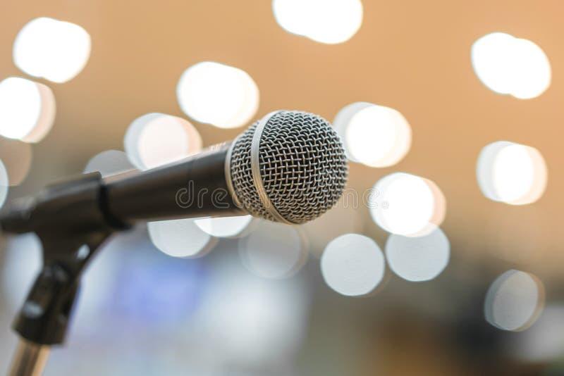 Microfoon in vergaderzaal voor een conferentie royalty-vrije stock fotografie