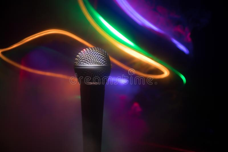 Microfoonkaraoke, overleg Vocale audiomic in laag licht met vage achtergrond Leef muziek, audiomateriaal Karaokeoverleg, royalty-vrije stock fotografie