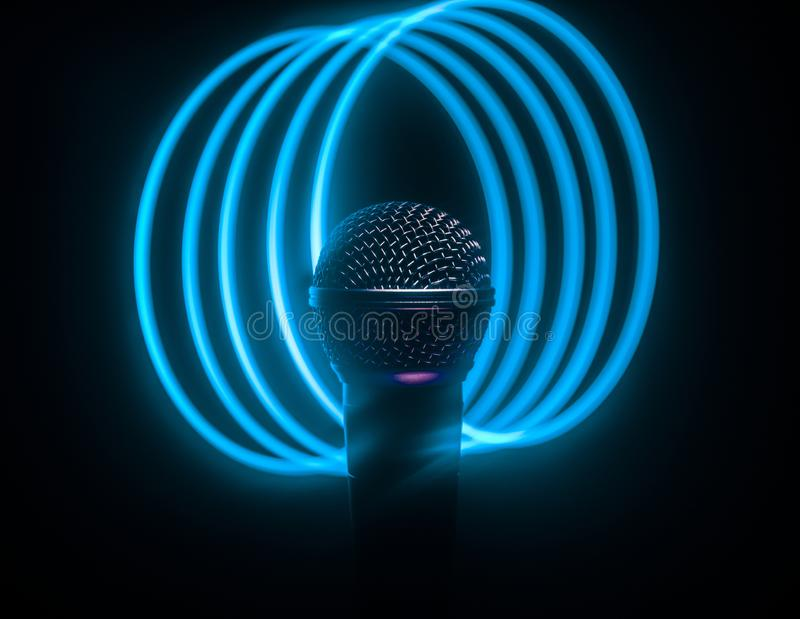 Microfoonkaraoke, overleg Vocale audiomic in laag licht met vage achtergrond Leef muziek, audiomateriaal Karaokeoverleg, royalty-vrije stock foto's