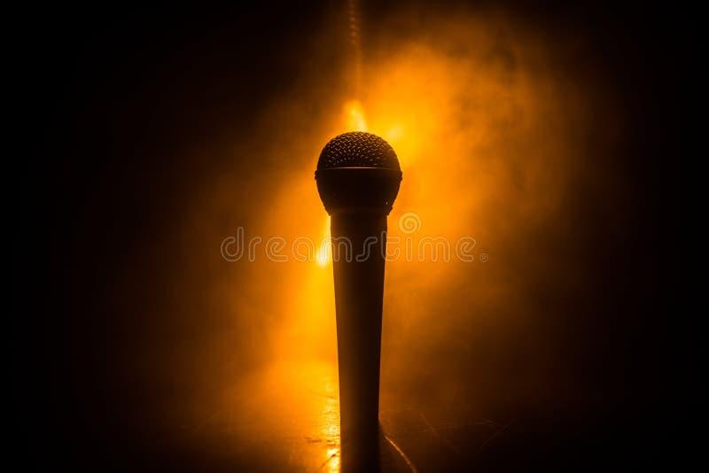 Microfoonkaraoke, overleg Vocale audiomic in laag licht met vage achtergrond Leef muziek, audiomateriaal Karaokeoverleg, royalty-vrije stock foto