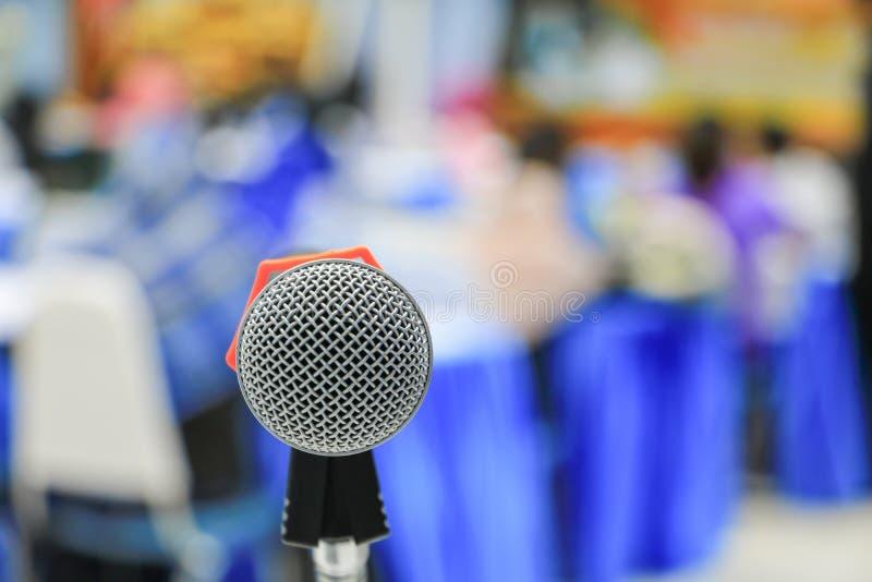 Microfoonradio op een de conferentieachtergrond van het vergaderzaalseminarie royalty-vrije stock fotografie
