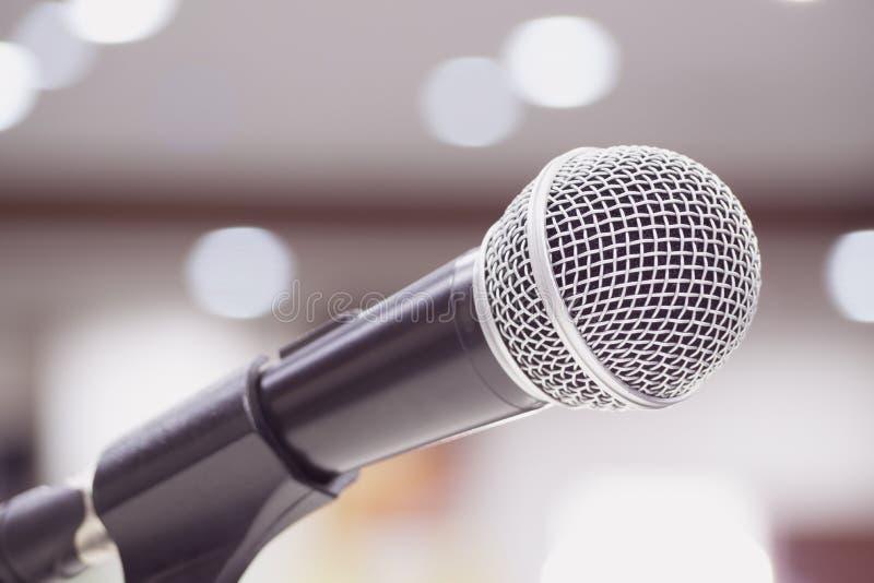 Microfoons die op stadium in zwarte kleur zingen stock foto