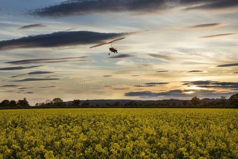 Microlight die over het platteland van Yorkshire vliegen - Engeland stock foto's