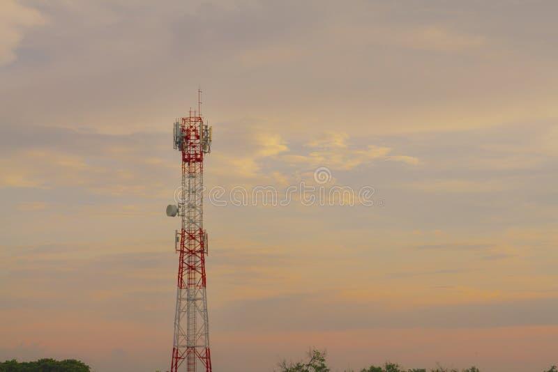 Microonda de la antena del teléfono del Wi-Fi y señal numérica análoga de la caja de distribución de frecuencia de la TV foto de archivo