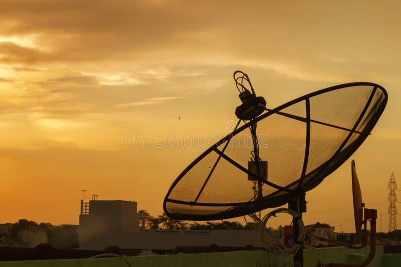 Microonda de la antena del tel?fono del Wi-Fi y se?al num?rica an?loga de la caja de distribuci?n de frecuencia de la TV imagen de archivo