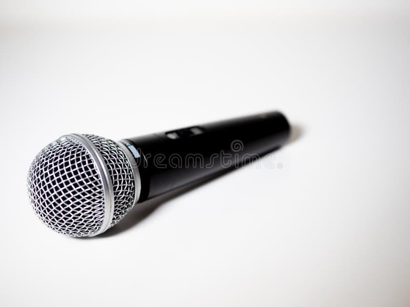Microphone à l'arrière-plan blanc photographie stock
