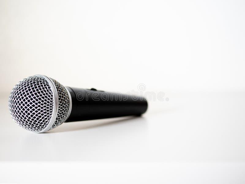 Microphone à l'arrière-plan blanc images libres de droits